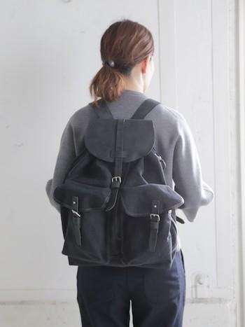 正面に2つ、そしてなんと背面にも1つのポケットがついています。レザーとキャンパス地を組み合わせて作られているので、大人の女性にもぴったりなシックなデザイン。