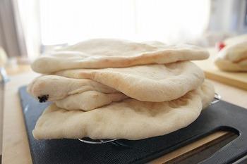 じっくり発酵させるともっちり弾力のある生地になります。材料は混ぜるだけで簡単♪週末の夜に生地を仕込んでおくと、休日の朝食やブランチに出来立ての美味しさが味わえますね。