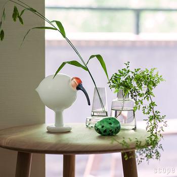 鳥好きな人って多いと思いますが、あくせくとした日常の中では、可愛らしくもけなげに生きる身近な鳥たちのことをつい見逃してしまいがち。歩いていて鳥の姿を見かけたら、その日はラッキー。のどかで自由な鳥たちの営みは見ているだけで癒されますよ。  こちらの画像はトキをモチーフにしたガラスのオブジェ。現在、日本固有種のトキは絶滅してしまいましたが、中国でトキを育て日本の空に放つ試みは今も続けられているそうですよ。江戸時代にはたくさんのトキが飛んでいたと言われています。身近な鳥としてまたいつか私たちの目の前に姿を現す日が待ち遠しいですね。