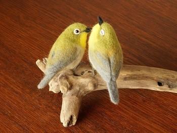 寄り添う二羽の表情が素敵な、とってもリアルな羊毛のオブジェ。メジロはつがいで飛び回る姿もよくみられます。おしどり夫婦への贈り物にも良いですね。