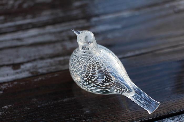 ガラスの鳩はぽってりとしたフォルムが綺麗。ふくよかな体のラインに繊細な模様が合います。