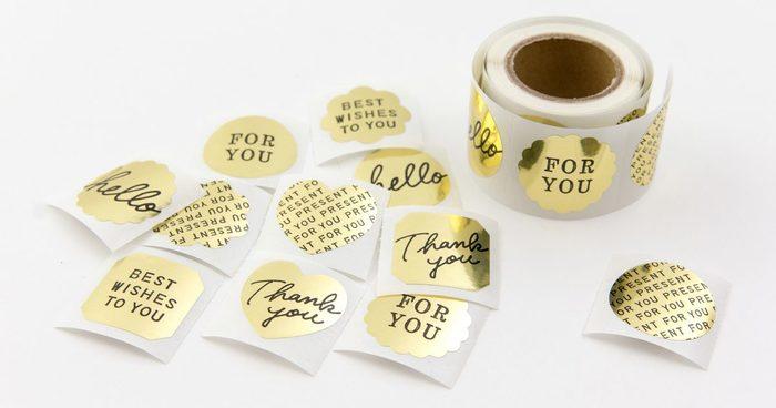 プレゼントを更に可愛く彩るアイテムにも色んな種類があります。ステッカーやタグやひもなども包み紙に合わせてこだわりたいですよね! ステッカー類は一枚ポイントに貼るだけで、おしゃれ度がぐんとアップします。