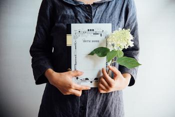1947年からずっと変わらないクラシカルなデザインの「ツバメノート」。筆記用具としては最高級品といわれるフールス紙が使われており、機能性も抜群。こちらは、新潟県にある「ツバメコーヒー」のかわいいロゴが入った、コラボ仕様になっています。