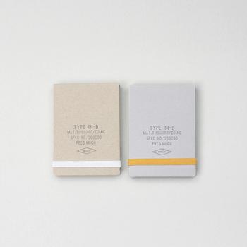 すっきりとシンプルなリングノートは、バッグにひとつ忍ばせておくととっても便利。短めのペンなら、リングに収納することができるので、持ち歩きやすいアイテム。
