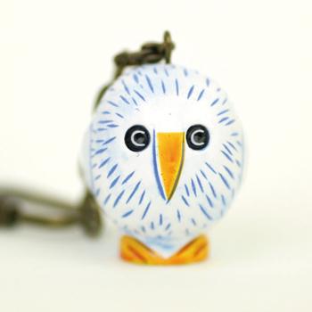 くりくりした瞳が印象的な白い鳥のキーホルダー。お馴染み、スウェーデンのアーティストのリサ・ラーソンによる作品です。