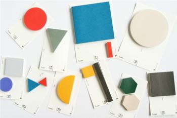 幾何学デザインの付箋シリーズ。形も色も様々で、見てるだけでも楽しいです。 用途に合わせて形を選んで、自分スタイルの使い方を♪