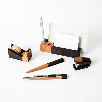 ブランドで揃えると、1度にイメージチェンジができる上に統一感も出せますね。 木製デザインのぬくもりを感じながらも、2色使いで引き締まった印象も与えてくれます。