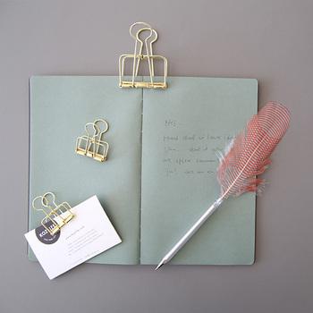 HAYのステーショナリーは、なんといっても「おしゃれ」!! 羽ペンに、ゴールドカラーの華奢なデザインのクリップ、ちょっと不思議な形の付箋など、わくわくしちゃいます。