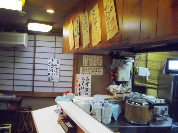 「とりかつチキン」は、その名の通りの「とりかつ」が秀逸な定食屋さん。道玄坂にある小さな店には、連日多くの人が訪れます。