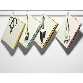 フックなどに引っ掛けて飾りながら収納できる、だまし絵デザインのノート。フチのカラーもアクセントで可愛いですね。