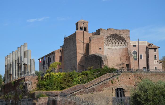 ローマ帝国の中心地フォロ・ロマーノの東の端にある「ウェヌスとローマ神殿」もハドリアヌスの設計によるもの。