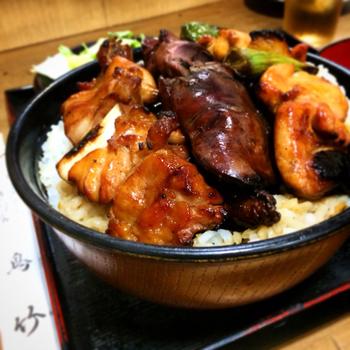 「鳥竹総本店」は、渋谷の老舗焼き鳥店。 鳥料理のランチもやっています。ランチの一番人気は「やきとり丼」。サラダと味噌汁が付きます。