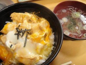 「鳥竹総本店」のランチはやきとり丼の他に、鶏鍋や唐揚げ等の定食、丼ものも各種あります。【画像は「親子丼」】