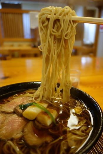 日本有数の繁華街「渋谷」には、星の数ほどの飲食店が軒を並べています。でもその中から「あぁ美味しいなぁ」と思える店と出会うのは難しいものです。  定番の味をいつもきちんと提供する店を幾つか知っていると、「ランチに何を食べようか」と迷った時に役立ちます。記事を参考に、ぜひお気に入りの店を見つけましょう。  【画像は「そば処福田屋」の「特製鴨なんばん」(大盛)】