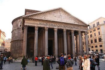 「パンテオンを見ずしてローマを去るものは愚者なり」ということわざがあるほどローマっ子に愛され続けるパンテオン。巨大なドーム型の天井を持つ円堂とギリシャ建築を取り入れたポーチを目の前にすると、その巨大さと美しさに圧倒されます。