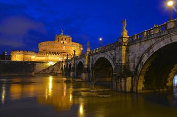 夜間ライトアップされるサンタンジェロ城とサンタンジェロ橋は息を飲む美しさ。