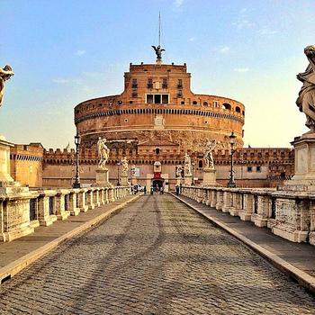135年、ハドリアヌスはローマを流れるテヴェレ川沿いに自身の霊廟の建設を開始します。それが現在も残る世界遺産『サンタンジェロ城』です。サンタンジェロ城という名前の由来は6世紀末の伝説からつけられたもの。かつては「ハドリアヌス廟」と呼ばれていました。