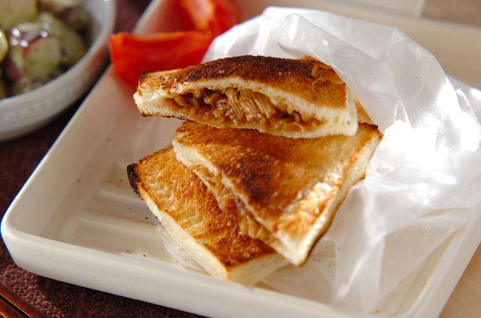 ホットサンドメーカーが無くてもホットサンドがつくれます♪ こちらは、魚焼きグリルでつくっているレシピです。牛肉・エノキ・玉ねぎの具を甘辛く炒めたフィリング入りで、豆板醬がピリリと効いています。