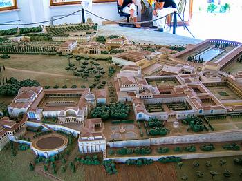 別荘とはいえ120ヘクタール以上といわれる広大な敷地はまるで一つの街。ハドリアヌスが帝国内を視察して得た知識を駆使し、ギリシャ、エジプト、ローマなどの素晴らしい建築の数々が再現されています。