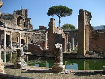 円形の回廊が取り囲むドーナツ状の池が特徴的な「テアトロ・マリッティモ(海の劇場)」。中央の島に渡るには橋が必要で、ハドリアヌスの隠れ家のような場所と考えられています。奥に見える建物はギリシャ語図書館です。