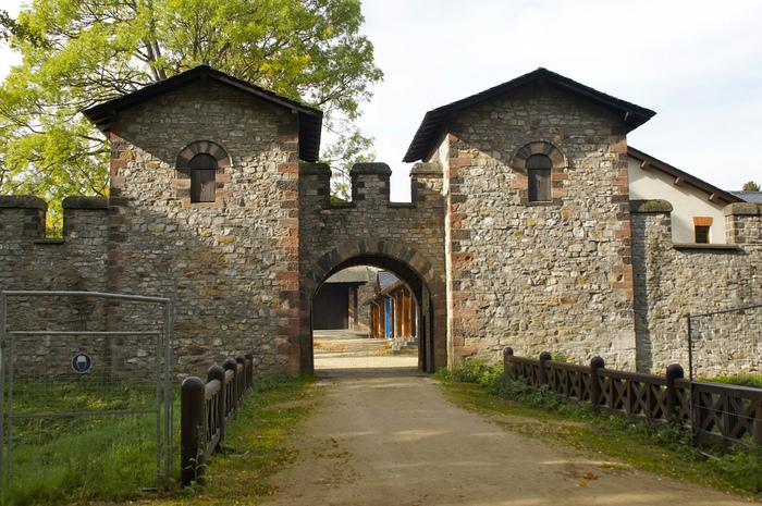 バート・ホンブルク(ドイツ)には、ローマ時代のザールブルグ砦が完全な形で再現されています。博物館も併設されていて一見の価値あり。