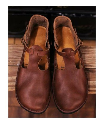 16世紀の僧侶が履いていた靴がモデルとして作られたTストラップの『ウェストインディアン』。素朴なデザインながら女性らしい脚のラインに仕上げてくれます。