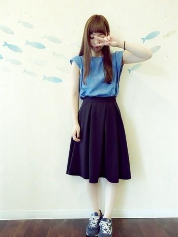 シンプルにトップスとスカートのみのコーディネートは、ブルーを基調に春らしくも明るくなりすぎない落ち着きのあるコーディネートに。スプリングコートをあわせれば、よりおしゃれを楽しめますね!