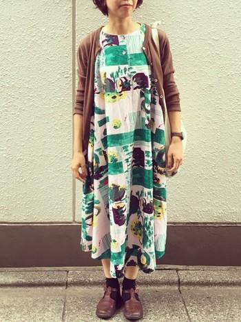 柄のワンピースに合わせて着こなすのも素敵ですね。羽織のカーディガンとシューズの色を合わせて、全体の統一感UP!