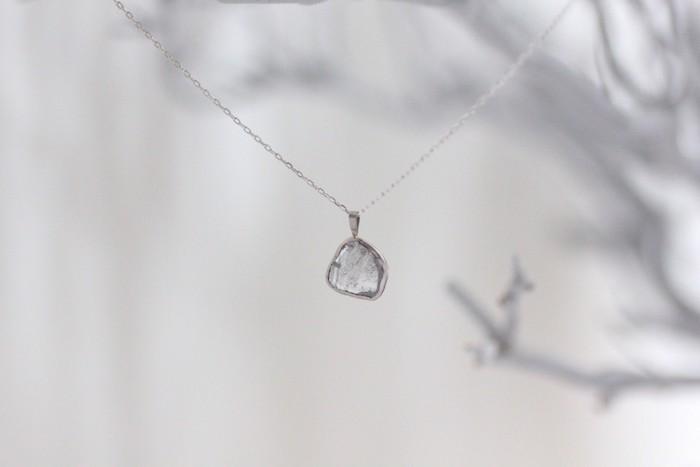 ダイアモンドとK18white goldのネックレス。こちらも決して派手さはなく、やわらかで素朴なんだけれど、とてもエレガントです♪