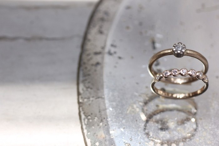 ひとつひとつ手作業で仕立てられる繊細な「Atelier el(アトリエエル)」のジュエリー。その美しさだけでなく、あたたかさ、やわらかさが伝わってくる作品の数々は、ふだん使いにはもちろん、結婚指輪や婚約指輪などにも人気のブランドです。