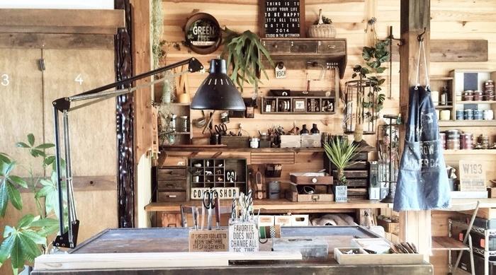 キッチンにグリーンを飾ると、まるでおしゃれなカフェのようにぐっとスタイリッシュになりますね。キッチンにあまり土は置きたくないものですが、フェイクならどこにでもぱっと飾れて◎。