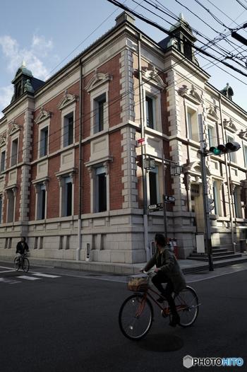 三条通を東に歩いていると、存在感抜群の建物が目に入ります。「中京郵便局」です。ここで郵便を出すと、ちょっとタイムスリップしたような気分になれます。