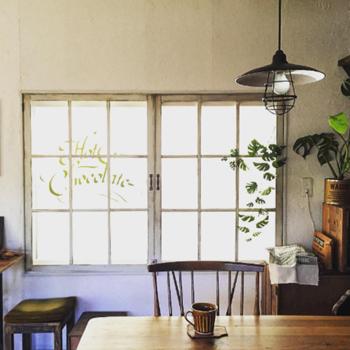 窓辺にユニークな葉っぱのフェイクグリーンを飾ると、逆光のシルエットを楽しむこともできますね。