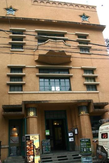 三条通と御幸町通の交差点にある「1928ビル」は星型の窓がポイント。カフェやアートギャラリー、劇場などが入った施設です。元は毎日新聞社の支局ビルで、星型は社章をモチーフにしたものだそうです。