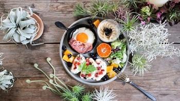 インスタ等で人気のテーブルコーディネートも、フェイクグリーンを置いて緑をプラスすることで、より食べ物が美味しそうに見えますね♡