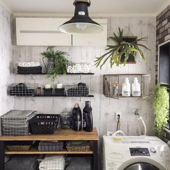 こちらはランドリールームです。洗濯物やタオルと一緒に置くなら、本物のグリーンよりもフェイクのほうが衛生面でも◎ですね♪