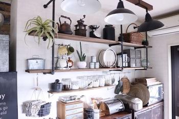 こちらもキッチンインテリア。お気に入りの道具たちといっしょにグリーンも並べると、よりおしゃれなディスプレイに。