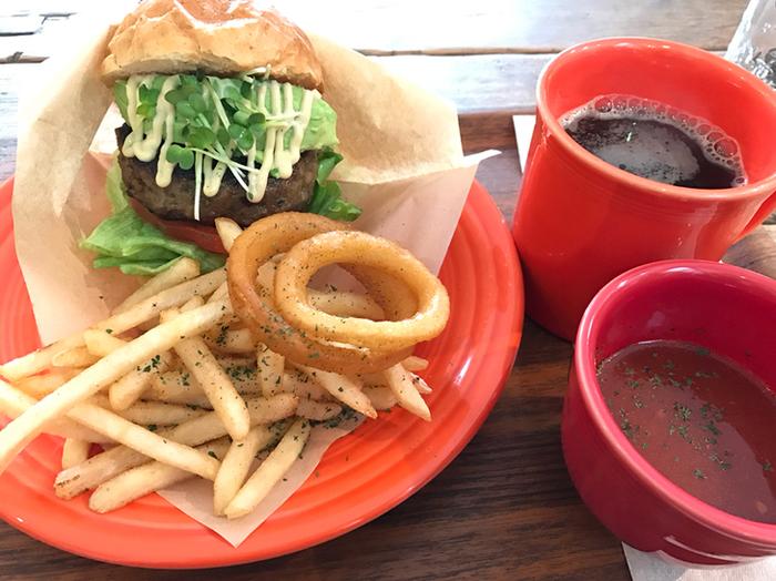 T.C cafeの定番メニューはバーガーです。ボリューム満点で食べごたえがあり、サイドメニューも手抜きなし。