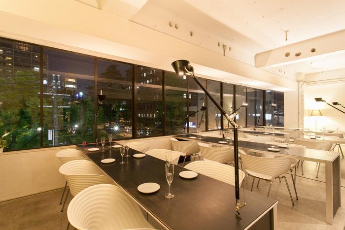 テナントビルの3Fに入っているモードカフェ。看板が出されているだけで、一見カフェがあるようには見えないのですが、店内はとてもおしゃれで落ち着きのある空間が広がっています。