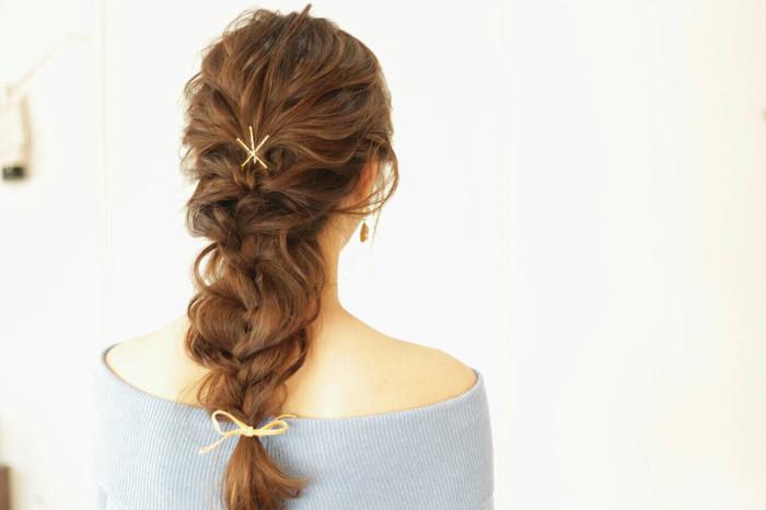 女性らしくアンニュイな雰囲気の編み込みスタイル。先ほどご紹介したように、編み込みをした後、ルーズに毛を引き出していくことで、このようなふわふわスタイルになりますよ。後れ毛が気になる場合は、飾りピンでとめておいてもGOOD。