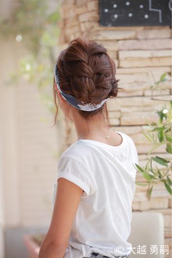 大きく編み込みをして、後れ毛はスカーフを巻いて隠しちゃう。ショートヘアでも楽しめる編み込みスタイル。
