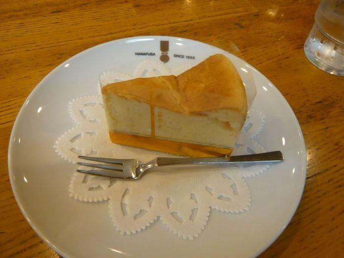 フードの一番人気は、店内で手作りされるチーズケーキ。写真のベイクドチーズケーキと、レアタイプもあります。店内に漂う珈琲の香りを邪魔しないようカレーなど香りの強いフードメニューはなく、食事はサンドイッチのみ。こだわりいっぱいの老舗です。平安神宮や南禅寺の辺りから哲学の道を北へ上がる前に立ち寄るのがお勧めです。