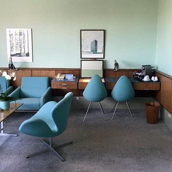 """ヤコブセンが1960年に建築した「ラディソンSASロイヤルホテル」の606号室、通称""""ヤコブセンスイート""""は、建築当時から一切改装しておらず、当時のままで残されているのだとか。 室内にはヤコブセンが手掛けた「ドロップチェア」など、素敵な家具たちがレイアウトされています。"""