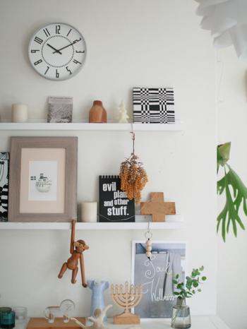 壁面収納とはその名のとおり壁に板を取り付けたり、壁面を利用した収納家具を置いて収納すること。賃貸住宅だと直接釘を打つと壁紙や壁そのものを傷つけるため、きれいに剥がせる壁紙やボード、ディアウォールなどを使って作る人が増えていますね。  また、DIYが苦手な人でも簡単に組み立てられたり設置するだけでOKな収納家具もあり、お部屋のテイストに合わせて選べます。