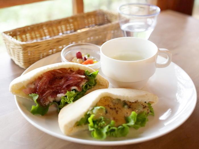 ランチなど、お野菜をたっぷり使った美味しいフードメニューも充実。アクセスは京大側からよりも、東側の神楽岡通りから上るのがおすすめです。秋のウォーキングにぴったりなので、ルートをチェックして時間があれば是非京都旅行の日程に入れたいところです。