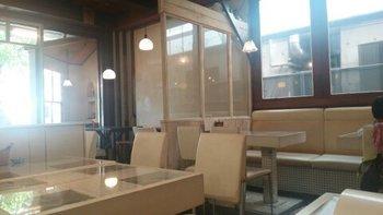白木と白タイルを基調として床には無垢材。入り口の大きなガラス窓から入る自然光で優しい明るさいっぱい、まさに太陽カフェです。