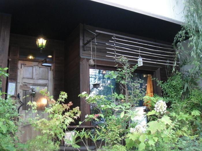 """白川通を上がっていってひとつ角をまがると、萩原朔太郎の小説の題名と同じ名前の""""猫街""""というお店があります。こんなところに、こんなお店が?という佇まい。"""
