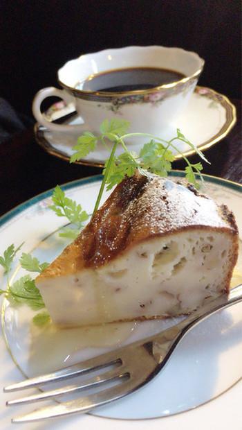 ハンドドリップで淹れた深煎りのコーヒーと、自家製ケーキが自慢です。 こちらのブルーチーズケーキは、濃いチーズ風味と上にかけたハチミツに、時折存在感を示すくるみがアクセントになり、コーヒーとの相性は抜群です。プリンも絶品と評判です。