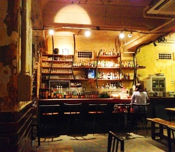 1928ビルの地下にあるカフェ アンデパンダン。雰囲気のある内装でゆっくりと食事を楽しむことができます。