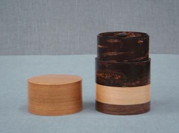 こちらの藤木伝四郎商店の茶筒は「輪筒」という名前で、かえで、さくら、くるみなどの木の種類によって色柄が異なり、組み合わせによって様々な表情を楽しめます。